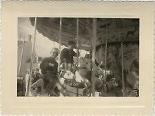 PHOTO ANCIENNE - VINTAGE SNAPSHOT -MANÈGE FÊTE FORAINE ENFANT DRÔLE-CHILD 1958 2