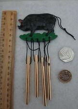 Metal Negro Móvil Cerdo Dorado Carillón de viento 25cm
