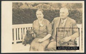 Foto 1938 Dackel Teckel Dachshound Sausage Dog Hund nebst Paar auf einer Bank