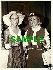 ORIGINAL PRESS PHOTO SUZANNA LEIGH & LIZ FRASER VARIETY CLUB LUNCH AT DORCHESTER