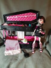 MONSTER HIGH Accesorios: Playset JOYERO ATAUD CAMA y muñeca DRACULAURA