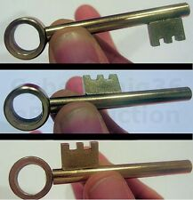 MOVING GOLDEN SKELETON KEY CLOSE UP NEW STREET GOLD TEETH MOVE ABOUT MAGIC TRICK