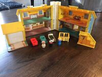 VIntage 1969 Fisher Price Play Family House Little People #952 people furniture