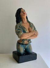 Tretchikoff stijl krijtstenen beeld van een dame met de stoere eightys look
