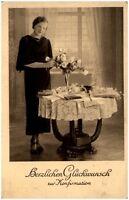 ~1930/40 Glückwunsch KONFIRMATION junge Frau Mädchen an Tisch mit Blumen