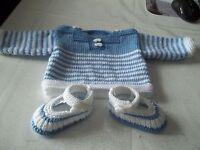 ensemble tricot fait main bébé- MARINIERE et CHAUSSONS--1 mois