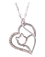 Collier pendentif chat dans coeur argenté avec strass blanc.