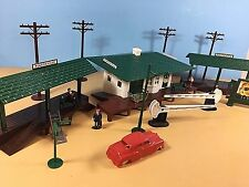 O ga.Plasticville Suburban Station with 2 Freight platforms, EXTRAS, Excellent!
