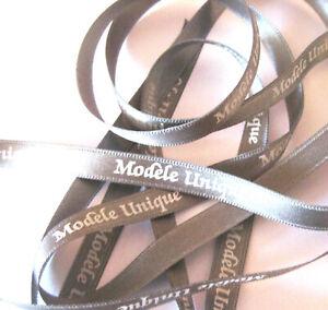 RUBAN - MODELE UNIQUE - TEXTE MESSAGE IMPRIME BLANC S/ RUBAN SATIN GRIS 8mm x 1m