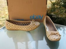 WHITE MOUNTAIN Beige Floral Perforated Bow Flats Shoes Womens size 9.5