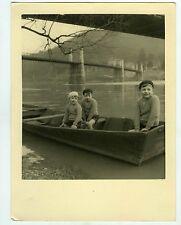 PHOTO humaniste humanisme des enfants posent dans une barque Enfance vers 1950