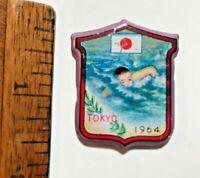 1964 VINTAGE TOKYO OLYMPIC GAMES SWIMMING FREESTYLE JAPAN TIN TOY PIN BADGE NM!