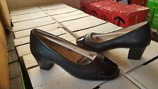 Ladies low heel court shoe