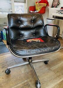 fauteuil Charles pollock Vintage En Cuir Marron Foncé Pieds Sur Roulettes