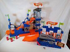 2 TRIO HOT WHEELS sets, Stunt Ramp Builder V9539 & Lift 'n Go Garage V9540