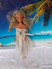 Barbie Puppe, mit weißem Kleid, lange blonde Haare