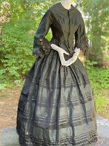 1860 CIVIL WAR FOREST GREEN SILK 2 PC GOWN WITH SAWTOOTH DETAILS