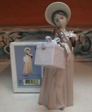 "Lladro 6488 ""Gone Shopping"" girl in bonnet with box on arm & flower - Mib,Rv$395"