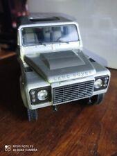 Kyosho 1/18 Land Rover Defender 90 color plata (defectos)