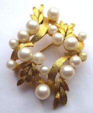 broche plaqué or bijou vintage finement strié feuillage et perle blanche 2013