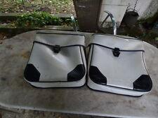 2 sacoches de velo vintage années 70 simili cuir  blanche et noire