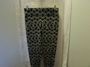 """""""PINK"""" VICTORIA SECRET BLK WHI THE WORD PINK IS IN """"BLING"""" CROP TIGHTS SZ. S/P"""