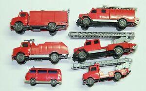 Wikiung Spur H0 sechs Feuerwehr-LKW min. Abbruch an einem Fahrzeug