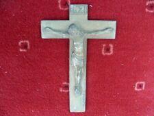 Crucifix bronze patiné doré signé L. Artaud années 50.15,7 x 10,2 pour 130 g