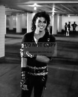 "MICHAEL JACKSON KING OF POP SHOOTING ""BAD"" VIDEO - 8X10 PUBLICITY PHOTO (AZ498)"