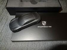 schöner mattschwarzer Porsche Taycan Briefbeschwerer Modell 1:43 OVP