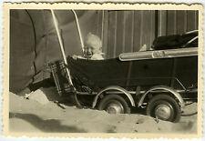 PHOTO ANCIENNE - VINTAGE SNAPSHOT - ENFANT LANDAU PLAGE RIRE DRÔLE - CHILD BEACH