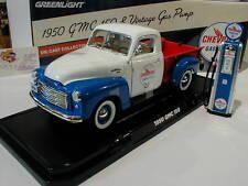 Greenlight 12992 -GMC 150 Chevron mit Zapfsäule Bj.1950 in weiß-blau-rot 1:18