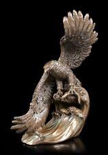 Adler Figur schnappt Fisch aus dem Wasser - Vogel Greifvogel Statue Dekofigur