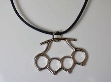 Pendentif  collier poing Américain  avec sont cordon ,bikers,rock,métal,punk,got