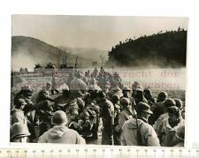 ORIGINAL PRESSEFOTO: 1950 KOREA UNITED NATIONS FORCES BACK TO SAFETY with DEAD