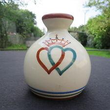 vase de mariage en faïence de quimper H B au décor de 2 cœurs couronné