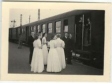 PHOTO ANCIENNE - TRAIN COMMUNION MARIAGE MODE HUMOUR - GROUP - Vintage Snapshot