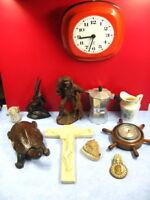 joli lot d'objets de brocante vitrine, horloge, sculpture, faïence, baromètre...
