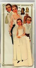 Poupée en carton à habiller.COLONIAL FAMILY. 4 poupées 25 cm, 8 costumes. USA