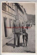 (F13102) Orig. Foto junger Mann mit Hund auf der Straße 1929