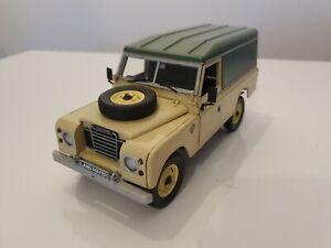 Universal Hobbies H.K. 1:18 Land Rover Serie II, III Hard Top beige, grün
