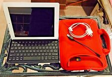 APPLE iPad 2 Model A1396 White 32GB with Logitech Bluetooth Keyboard + Bonus