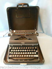 vintage typewriter Royal Quiet Deluxe 1946 A1190907 case  works nice