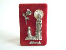 Lourdes Metall Elemente auf rotem Samt Bild zum aufstellen/aufhängen 9 x 6 cm