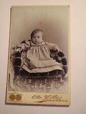 Berlin - in einem Sessel sitzendes kleines Kind - Portrait / CDV