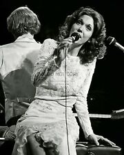 KAREN CARPENTER SINGER MUSICIAN - 8X10 PUBLICITY PHOTO (FB-564)