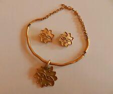 Collier ras cou plus boucles d'oreilles en métal doré signés Agatha vintage