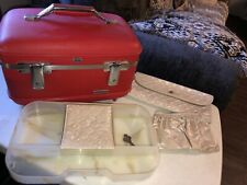 VINTAGE AMERICAN RED TOURISTER TRAIN CASE COMPLETE SET WITH KEY (RED)