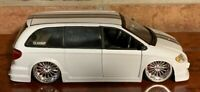 """JADA DUB CITY CHRYSLER TOWN & COUNTRY 1:24 PEARL WHITE 20"""" STRONG"""