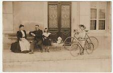 carte photo famille enfants avec vélos et poupée